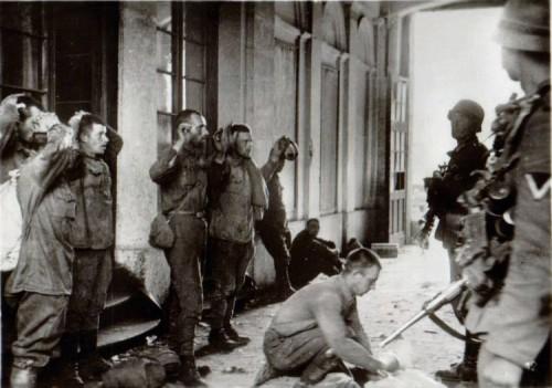 Редкие военные фотографии. Взятие немцами в плен военнослужащих-красноармейцев.