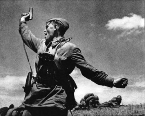 Одна из самых известных фотографий Великой Отечественной Войны. Где то читал, что снимок постановочный, но голословно утверждать это не буду.