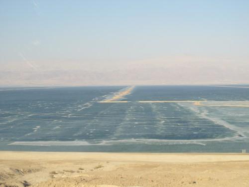 Мертвое море - второе по солености после озера Ассаль в Джибути и самая низкая точка на земной поверхности — 417 м ниже уровня моря.