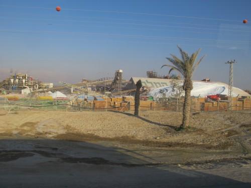 Завод по добыче и переработке солей Мертвого моря. Одна из причин высыхания моря.