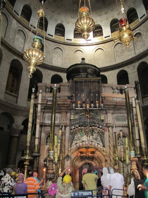 Кувуклия храма Гроба Господня в Анастасисе - сюда снисходит благодатный огонь.