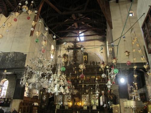 Внутри Храм Рождества Христова кажется значительно просторнее, чем снаружи.