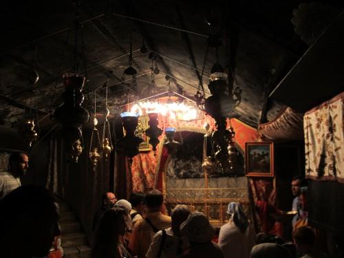 В пещере, где родился Иисус. Место рождения отмечено серебрянной звездой.