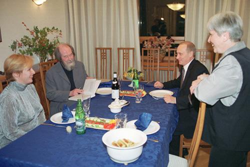 Владимир Владимирович Путин в гостях у писателя Александра Исаевича Солженицына