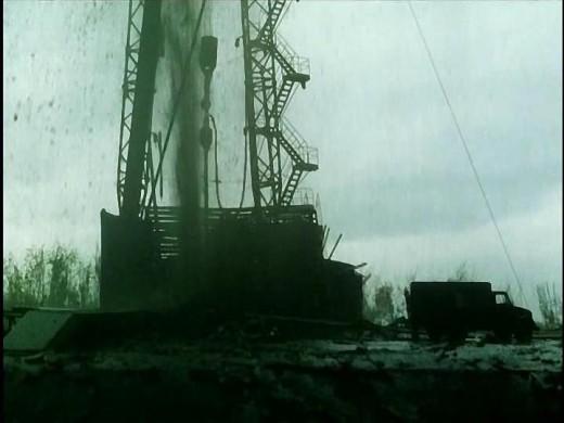Эпизод выхода долгожданной нефти из пробуренной скважины на поверхность